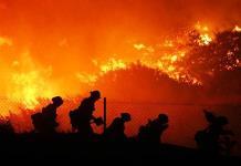 Desalojan a miles por el voraz fuego en California