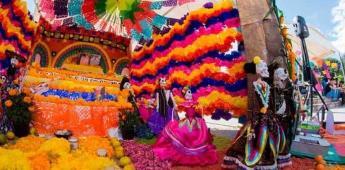 Tamales, mole, pan y bebidas llenan las ofrendas de Día de Muertos en México