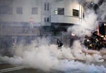 Policía de Hong Kong enfrenta a manifestantes