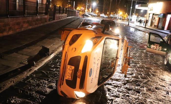 Abandonan vehículo tras volcadura en 20 de Noviembre