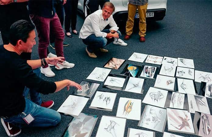 En revisión de ideas gráficas, Michael Mauer, vicepresidente de Style Porsche en Porsche AG, y Doug Chiang, vicepresidente y director creativo de Lucasfilm Ltd., en mesa de trabajo.