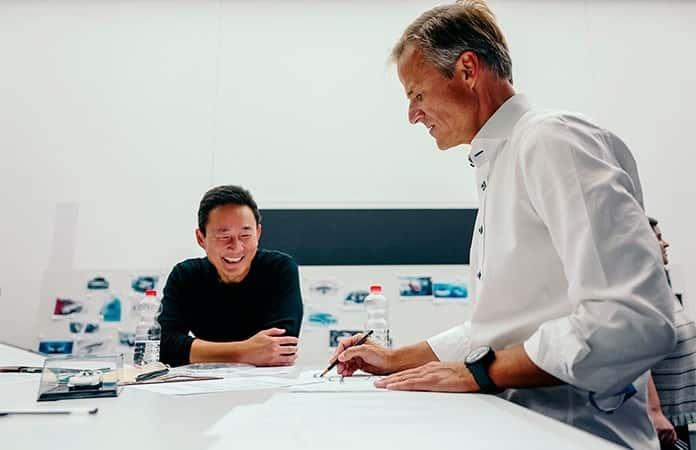 Michael Mauer, vicepresidente de Style Porsche en Porsche AG, y Doug Chiang, vicepresidente y director creativo de Lucasfilm Ltd., en mesa de trabajo.