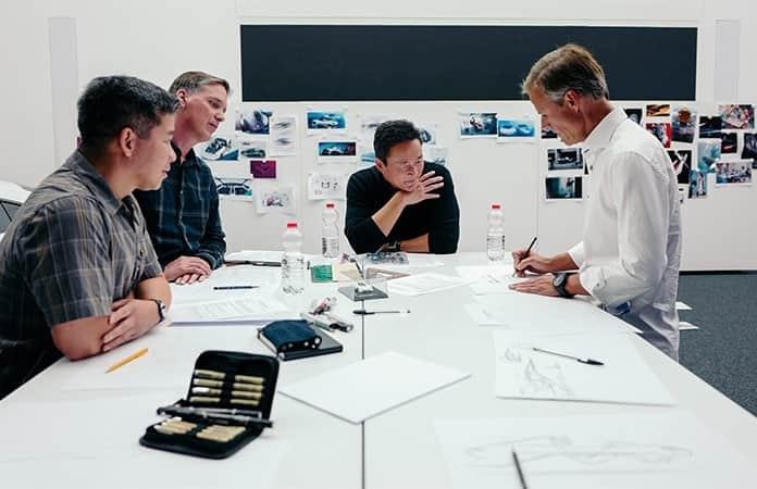 Con diseñadores, Michael Mauer, vicepresidente de Style Porsche en Porsche AG, y Doug Chiang, vicepresidente y director creativo de Lucasfilm, en mesa de trabajo.