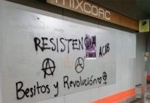 Encapuchados realizan pintas en 5 estaciones del Metro en CDMX