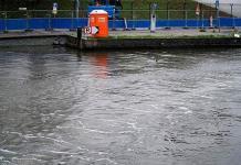 Primera barrera de burbujas de aire frena plásticos en un canal de Ámsterdam