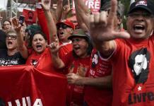 Expresidente brasileño Lula sale de la cárcel un año y siete meses después