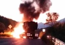 Queman autobús y tractores en la carretera Zihuatanejo-Acapulco