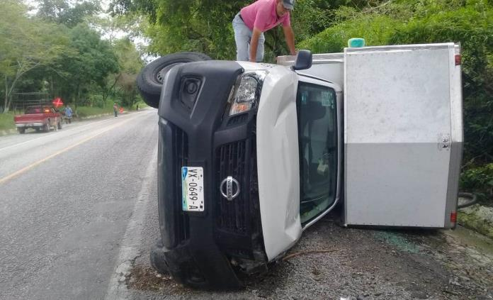 Camioneta vuelca encima de un ciclista en Tanlajás