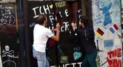 Escultor derriba otro Muro de Berlín: una réplica en chocolate