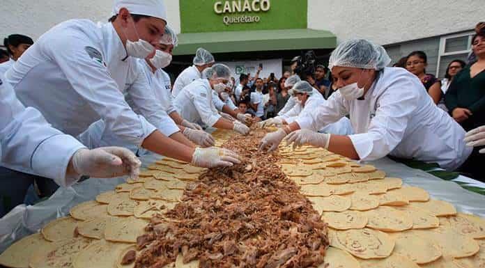 Querétaro logra récord Guiness con el taco de carnitas más largo del mundo'>
