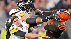 Jugador de Browns quita el casco al quarterback de los Steelers y lo golpea con él en la cabeza (VIDEO)