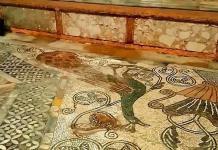 Los mosaicos y columnas de basílica de San Marcos, dañados por la inundación