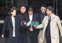 Condenan a prisión a dos cantantes surcoreanos por violaciones en grupo