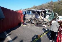 Choque entre tráiler y autobús en Michoacán deja dos muertos y 28 heridos