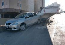 Conductor de camioneta vuelca y se impacta contra un vehículo en avenida Chapultepec