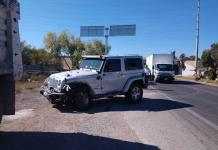 Conductor de Jeep se impacta contra vagoneta en la carretera a Matehuala