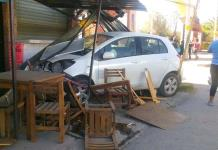 Automovilista se impacta contra un vehículo, un poste y unas mesas