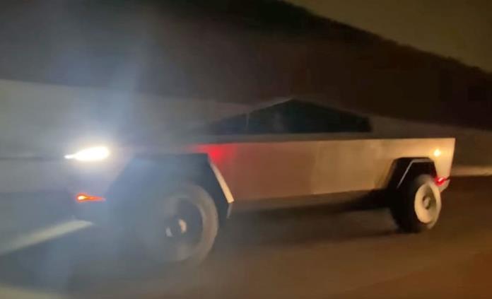 Elon Musk conduce por primera vez la Cybertruck en carreteras de California (VIDEO)