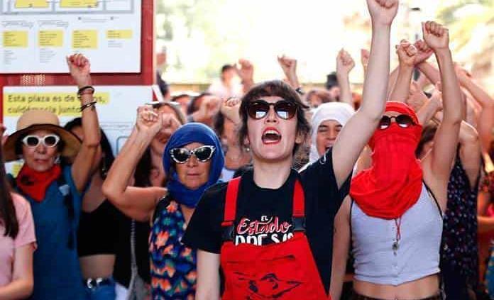 Colectivo feminista LasTesis realiza intervención en Santiago previo al 8M