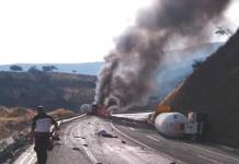 Vuelca pipa cargada con amoniaco en Michoacán