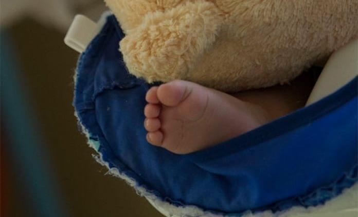 El contacto piel con piel no aumenta riesgo de contagio de covid para bebés