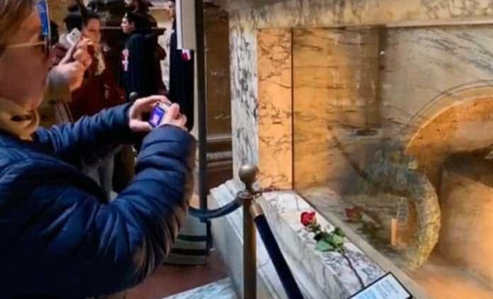 Una rosa sobre la tumba del pintor renacentista Rafael en Roma recordará los 500 años de su muerte
