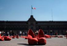 Instalación Zapatos rojo llega al Zócalo a concienciar sobre feminicidios