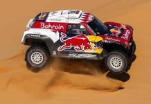 Carlos Sáinz sigue primero en Dakar, aunque cede terreno