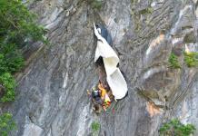 Rescatan a paracaidista austríaco que quedó atorado en el borde de un precipicio en Tailandia