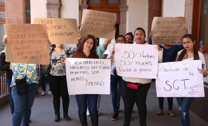 Protestan mujeres taxistas en Palacio de Gobierno; exigen equidad en reparto de concesiones