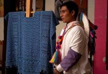 Tejedor indígena rompe estereotipos