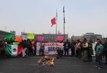 Extrabajadores del Seguro Popular se manifiestan en Palacio Nacional