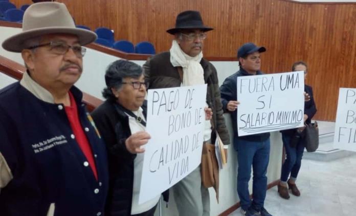 Maestros jubilados pelean su bono navideño