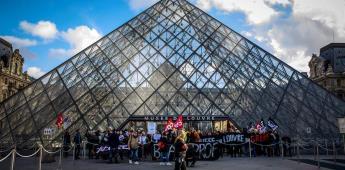 Manifestantes impiden el acceso al Museo del Louvre en París