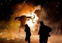 Figuras monumentales con pirotecnia iluminan Puebla