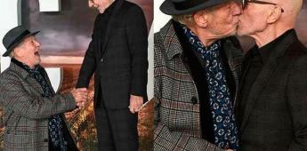 Ian McKellen y Patrick Stewart se besan en premier