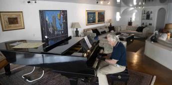 Un aclamado pianista vuelve a tocar con guantes mágicos