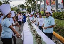 Ensamblan el tamal más grande del mundo en Acapulco