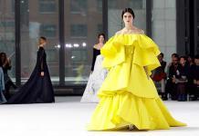 Carolina Herrera lanza colección de tejidos exquisitos y colores saturados
