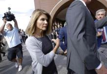 Loughlin y su esposo piden postergar juicio por sobornos hasta 2021