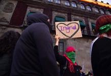 Feministas pasan lista de víctimas en marcha contra feminicidio