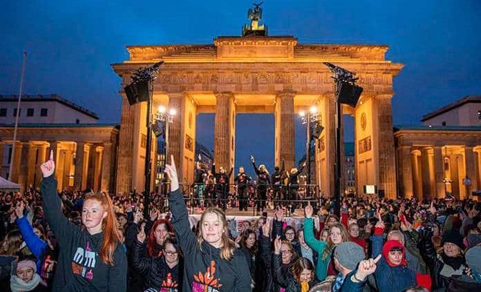 Miles de mujeres bailan contra la violencia machista en Berlín