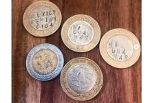 Consignas feministas grabadas en monedas por artista mexicana