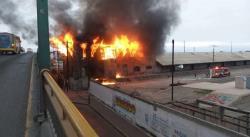 Incendio en los patios del ferrocarril provoca gran movilización a un costado del puente Universidad (FOTOS)