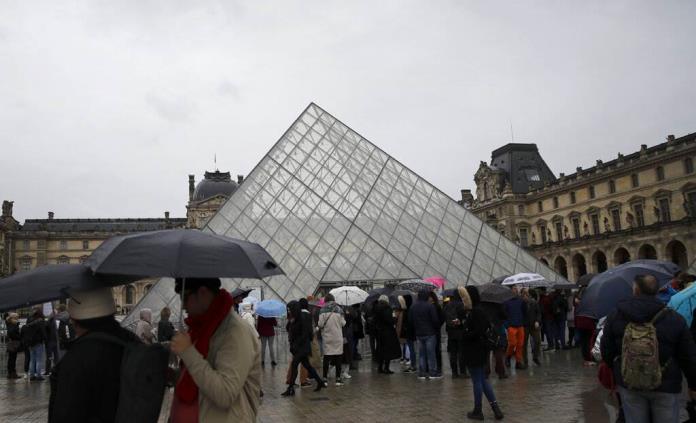 Reabre el Louvre con medidas de protección; solo aceptará pagos con tarjeta