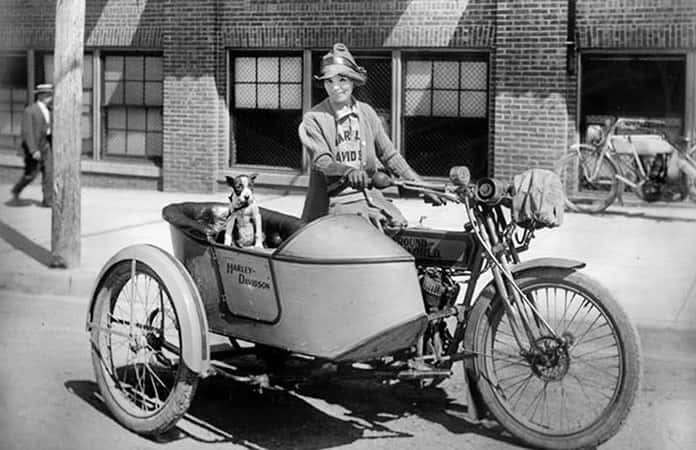 Miss Della Crewe acompañada de su perro (Harley Davidson, archivo: https://www.harley-davidson.com/us/en/museum/explore/archives/did-you-know/pioneering-women.html).