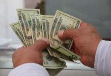 Dólar repunta a 23.65 pesos ante baja de calificación crediticia
