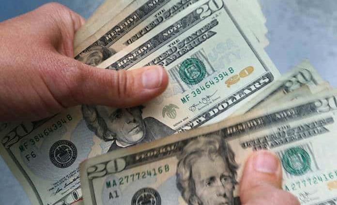 Dólar baja 36 centavos, cotiza en 25.32 pesos; la Bolsa registra alza