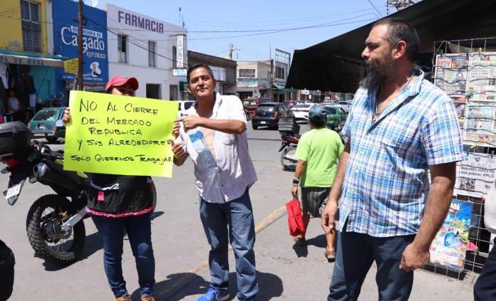 Locatarios del mercado República bloquean avenidas; temen a cierre por coronavirus