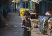 Personas en India batallan para implementar cuarentena